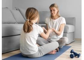 母亲和女孩在家中进行体育锻炼_8623091