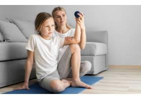 母亲和女孩进行举重训练_8623072