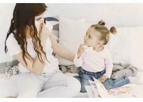 母亲和婴儿在家里戴着医用口罩_8819034