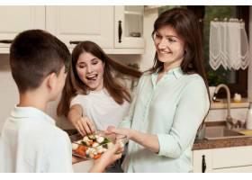 母亲和孩子在厨房里一起做饭_9266486