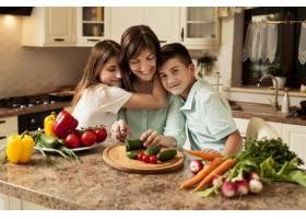 母亲和孩子在厨房里准备食物_9266405
