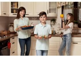 母亲和孩子在厨房里准备食物_9266459