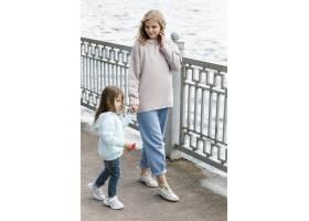 母亲和孩子在海边散步_9009358