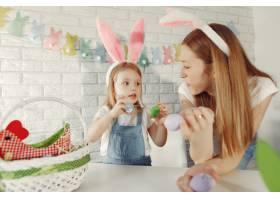 母亲带着女儿在厨房里准备复活节_7397018