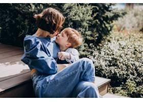 母亲带着她的儿子坐在楼梯上_8380072