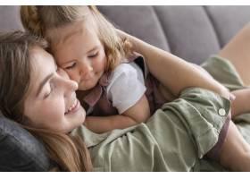 母亲和孩子躺在沙发上_8445745