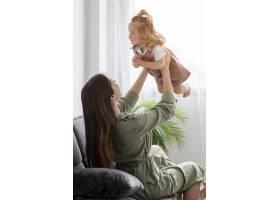 母亲在室内和孩子玩耍_8445682