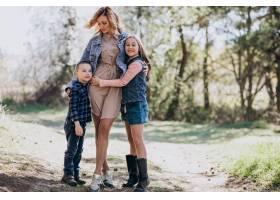 母亲带着儿子和女儿一起在公园里_7870158