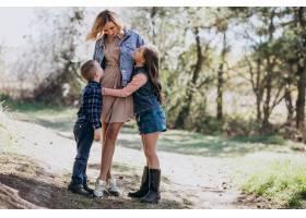 母亲带着儿子和女儿一起在公园里_7870159