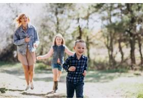 母亲带着儿子和女儿一起在公园里_7870160