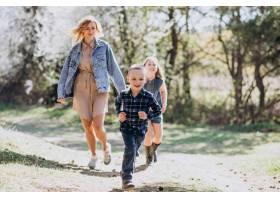 母亲带着儿子和女儿一起在公园里_7870161