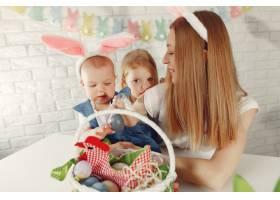 母亲带着女儿在厨房里准备复活节_7397016