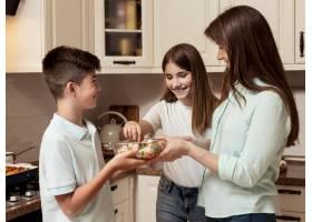 母亲带着孩子在厨房里做饭_9266463
