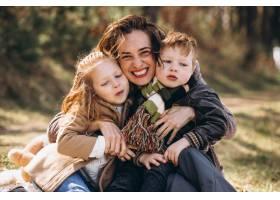 母亲带着孩子在森林里野餐_7869922