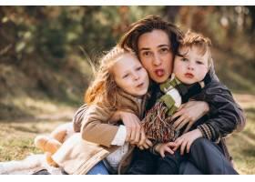 母亲带着孩子在森林里野餐_7869923