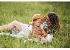 母亲带着小女儿在公园野餐_8827978