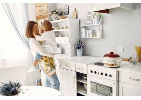 母亲带着小女儿在家做饭_8355219