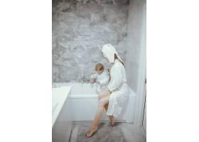 母亲带着年幼的儿子在浴室里_4381317