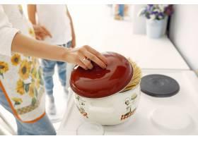 母亲带着年幼的孩子在家做饭_8355216