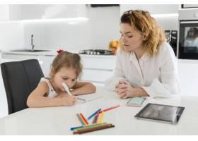 母亲帮助女儿做作业_8009746