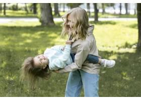 母亲抱着女儿玩耍_9009370