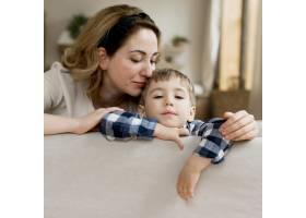 母亲抱着她可爱的儿子_8684214