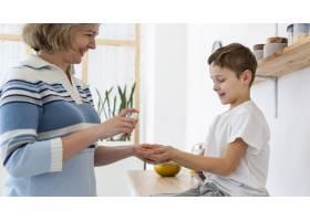 母亲给儿子洗手液的侧观_7747087