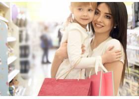 年轻的母女俩在购物中心摆姿势_8792542