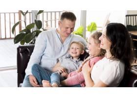幸福的父母和孩子在一起_9093570