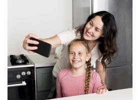 微笑的母亲和女孩自拍_9093572
