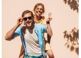 微笑的漂亮女孩和她英俊的男朋友的肖像穿_8936213
