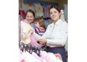 快乐的女人在服装店挑选衣服关注女性_1239005