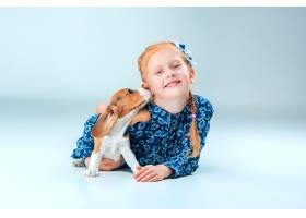 快乐的女孩和一只小猎犬_8413438