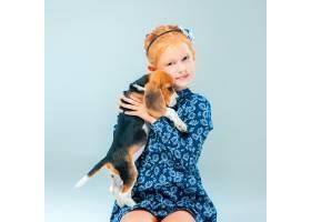 快乐的女孩和一只小猎犬_8413453