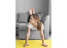 家里的年轻女孩躺在沙发上_8607998