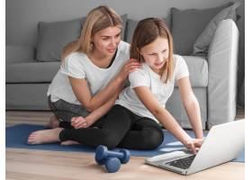 寻找体育录像带的母亲和女孩_8623075
