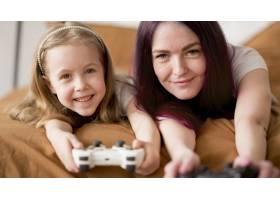 小女孩和妈妈在玩操纵杆_7714869