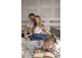 小女孩和父母一起读书_7871717