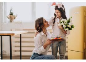 小女孩在母亲节用鲜花问候母亲_7869999