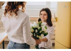 小女孩在母亲节用鲜花问候母亲_7870001