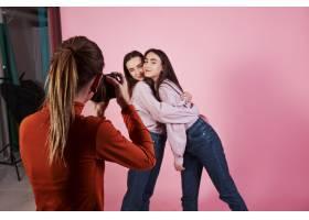 工作流程两个女孩相互拥抱的照片并由女_9146818