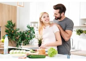 帅哥在家和他年轻的女朋友一起做饭_8078547