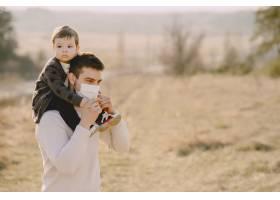 带着小儿子的父亲戴着口罩_8355949