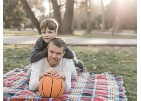带着篮球的父子俩_7733450