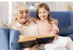 奶奶在家给女孩读书_8622890