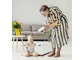 奶奶在家里陪孙子玩耍_9149070