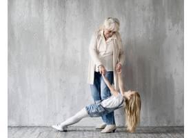 奶奶带着小女孩玩耍_8622992