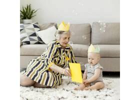 奶奶穿着优雅的衣服和孙子玩耍_9149175