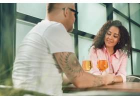 她答应了他是的年轻人在户外求婚时亲吻妻_7651965