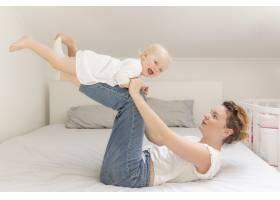 妈妈和可爱的女婴玩耍_7936846